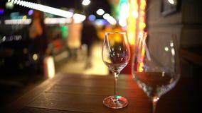 Επιτραπέζιες επιφυλάξεις στο εστιατόριο οδών, ζευγάρι των κενών γυαλιών που στέκονται στον πίνακα απόθεμα βίντεο