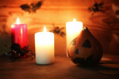 Επιτραπέζιες διακοσμήσεις για χαρασμένα τα αποκριές επικεφαλής κεριά κολοκύθας Στοκ εικόνα με δικαίωμα ελεύθερης χρήσης