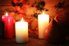 Επιτραπέζιες διακοσμήσεις για χαρασμένα τα αποκριές επικεφαλής κεριά κολοκύθας Στοκ Φωτογραφία