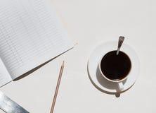 Επιτραπέζιες προμήθειες γραφείων γραφείων και φλυτζάνι καφέ Στην άσπρη ανασκόπηση Στοκ Εικόνα