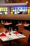 Επιτραπέζιες τοποθετήσεις σε ένα εσωτερικό εστιατορίων Στοκ Φωτογραφία