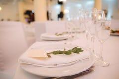 Επιτραπέζιοι διορισμοί στο εστιατόριο γαμήλια διακόσμηση με τα floral στοιχεία στοκ εικόνες