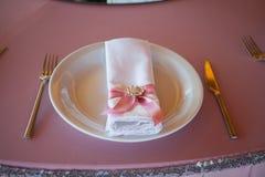 Επιτραπέζιοι διορισμοί στο εστιατόριο Γαμήλια προετοιμασία Στοκ εικόνα με δικαίωμα ελεύθερης χρήσης