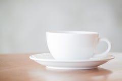 επιτραπέζιος άσπρος ξύλινος φλυτζανιών καφέ Στοκ εικόνα με δικαίωμα ελεύθερης χρήσης