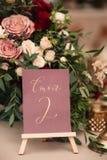 Επιτραπέζιος αριθμός και σύνθεση λουλουδιών Στοκ φωτογραφίες με δικαίωμα ελεύθερης χρήσης