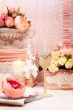 επιτραπέζιος γάμος γυαλιών εστίασης Κινηματογράφηση σε πρώτο πλάνο των γυαλιών κρασιού Στοκ Εικόνες