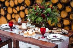 επιτραπέζιος γάμος γυαλιών εστίασης Όμορφες χειμερινές διακοσμήσεις Στοκ εικόνες με δικαίωμα ελεύθερης χρήσης