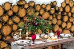 επιτραπέζιος γάμος γυαλιών εστίασης Όμορφες χειμερινές διακοσμήσεις Στοκ φωτογραφία με δικαίωμα ελεύθερης χρήσης