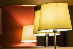 Επιτραπέζιος λαμπτήρας στο δωμάτιο ή το δωμάτιο ξενοδοχείου Στοκ Εικόνα