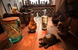 Επιτραπέζιος μεσαιωνικός αλχημιστής Στοκ φωτογραφία με δικαίωμα ελεύθερης χρήσης