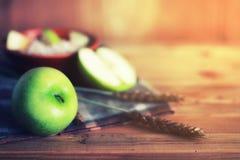 Επιτραπέζιος ξύλινος αγροτικός μήλων δημητριακών Στοκ φωτογραφίες με δικαίωμα ελεύθερης χρήσης