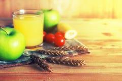 Επιτραπέζιος ξύλινος αγροτικός μήλων δημητριακών Στοκ εικόνα με δικαίωμα ελεύθερης χρήσης