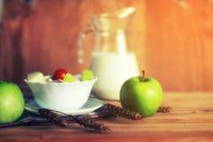 Επιτραπέζιος ξύλινος αγροτικός μήλων δημητριακών Στοκ Εικόνες