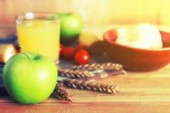 Επιτραπέζιος ξύλινος αγροτικός μήλων δημητριακών Στοκ εικόνες με δικαίωμα ελεύθερης χρήσης