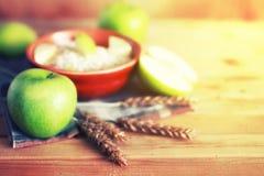 Επιτραπέζιος ξύλινος αγροτικός μήλων δημητριακών Στοκ Εικόνα
