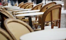 επιτραπέζιος χειμώνας οδών καφέδων παρισινός Στοκ εικόνα με δικαίωμα ελεύθερης χρήσης