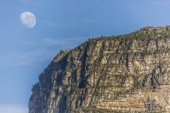 Επιτραπέζιο βουνό με το φεγγάρι Στοκ φωτογραφία με δικαίωμα ελεύθερης χρήσης