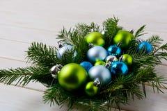Επιτραπέζιο κεντρικό τεμάχιο Χριστουγέννων με την ασημένια, μπλε και πράσινη διακόσμηση Στοκ εικόνες με δικαίωμα ελεύθερης χρήσης