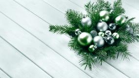Επιτραπέζιο κεντρικό τεμάχιο Χριστουγέννων με τις ασημένιες και πράσινες διακοσμήσεις Στοκ Εικόνες