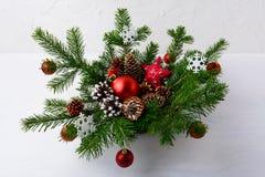 Επιτραπέζιο κεντρικό τεμάχιο Χριστουγέννων με τις κόκκινες σφαίρες και τις αγροτικές διακοσμήσεις Στοκ Εικόνες