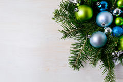 Επιτραπέζιο κεντρικό τεμάχιο Χριστουγέννων με τους κλάδους έλατου, μπλε και πράσινος ή Στοκ Εικόνα