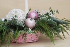 Επιτραπέζιο κεντρικό τεμάχιο Χριστουγέννων τις ρόδινες και πράσινες διακοσμήσεις, που τονίζονται με Νέο υπόβαθρο χαιρετισμού έτου Στοκ εικόνες με δικαίωμα ελεύθερης χρήσης