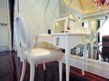 επιτραπέζιο λευκό κομμών Στοκ φωτογραφία με δικαίωμα ελεύθερης χρήσης