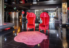 επιτραπέζιο μόριο καναπέδων λόμπι ξενοδοχείων εδρών Στοκ φωτογραφία με δικαίωμα ελεύθερης χρήσης