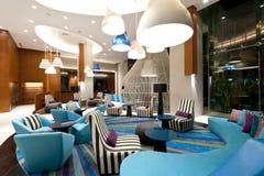 επιτραπέζιο μόριο καναπέδων λόμπι ξενοδοχείων εδρών Στοκ Φωτογραφία
