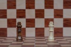 Επιτραπέζιο παιχνίδι σκακιού Η στάση δύο βασιλιάδων αντιμετωπίζει η μια την άλλη r στοκ εικόνες με δικαίωμα ελεύθερης χρήσης