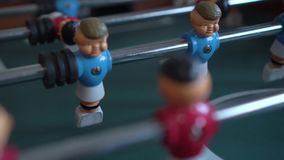 Επιτραπέζιο ποδόσφαιρο με τους μπλε και κόκκινους αριθμούς φιλμ μικρού μήκους