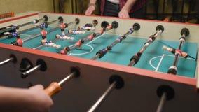 Επιτραπέζιο ποδόσφαιρο παιχνιδιού τύπων και κοριτσιών φιλμ μικρού μήκους