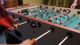Επιτραπέζιο ποδόσφαιρο παιχνιδιού τύπων και κοριτσιών απόθεμα βίντεο