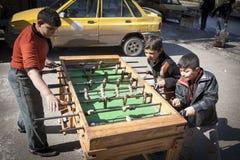 Επιτραπέζιο ποδόσφαιρο κοντά στον κεντρικό αγωγό που διασχίζει μεταξύ των περιοχών επαναστατών και κυβέρνησης, Aleppo. Στοκ εικόνες με δικαίωμα ελεύθερης χρήσης