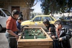 Επιτραπέζιο ποδόσφαιρο κοντά στον κεντρικό αγωγό που διασχίζει μεταξύ των περιοχών επαναστατών και κυβέρνησης, Aleppo. Στοκ Εικόνα