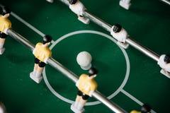 Επιτραπέζιο ποδόσφαιρο με τους φορείς και μια σφαίρα Στοκ εικόνες με δικαίωμα ελεύθερης χρήσης