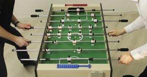 Επιτραπέζιο ποδόσφαιρο παιχνιδιού δύο ευτυχές φίλων απόθεμα βίντεο