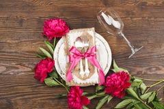 Επιτραπέζιο σκεύος και ασημικές με τα peonies Στοκ Εικόνες