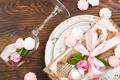 Επιτραπέζιο σκεύος με τα ανοικτό ροζ τριαντάφυλλα και τις μαρέγκες Στοκ εικόνες με δικαίωμα ελεύθερης χρήσης