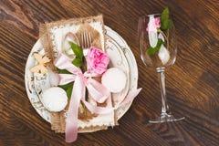 Επιτραπέζιο σκεύος με τα ανοικτό ροζ τριαντάφυλλα και marshmallows Στοκ Εικόνες