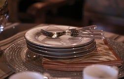 Επιτραπέζιο σκεύος στο να δειπνήσει πίνακα Στοκ φωτογραφία με δικαίωμα ελεύθερης χρήσης
