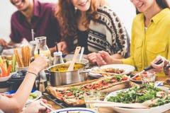 Επιτραπέζιο σύνολο των vegan πιάτων Στοκ φωτογραφία με δικαίωμα ελεύθερης χρήσης
