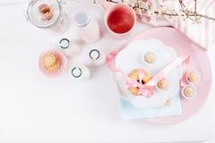 Επιτραπέζιο σύνολο των γλυκών και του γάλακτος Στοκ Φωτογραφίες