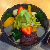 επιτραπέζιο σύνολο των σπιτικών τροφίμων, που απολαμβάνει το γεύμα, τον πίνακα με τα τρόφιμα και το ποτό Στοκ φωτογραφία με δικαίωμα ελεύθερης χρήσης