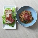 επιτραπέζιο σύνολο των σπιτικών τροφίμων, που απολαμβάνει το γεύμα, τον πίνακα με τα τρόφιμα και το ποτό Στοκ εικόνες με δικαίωμα ελεύθερης χρήσης
