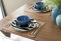 Επιτραπέζιο σύνολο Dinning και ξύλινος πίνακας Στοκ Εικόνες