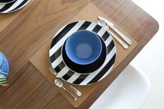 Επιτραπέζιο σύνολο Dinning και ξύλινος πίνακας Στοκ φωτογραφίες με δικαίωμα ελεύθερης χρήσης