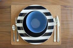 Επιτραπέζιο σύνολο Dinning και ξύλινος πίνακας Στοκ Φωτογραφία