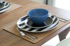 Επιτραπέζιο σύνολο Dinning και ξύλινος πίνακας Στοκ Εικόνα