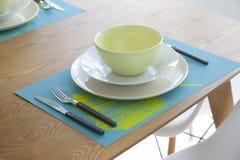 Επιτραπέζιο σύνολο Dinning και ξύλινος πίνακας Στοκ φωτογραφία με δικαίωμα ελεύθερης χρήσης